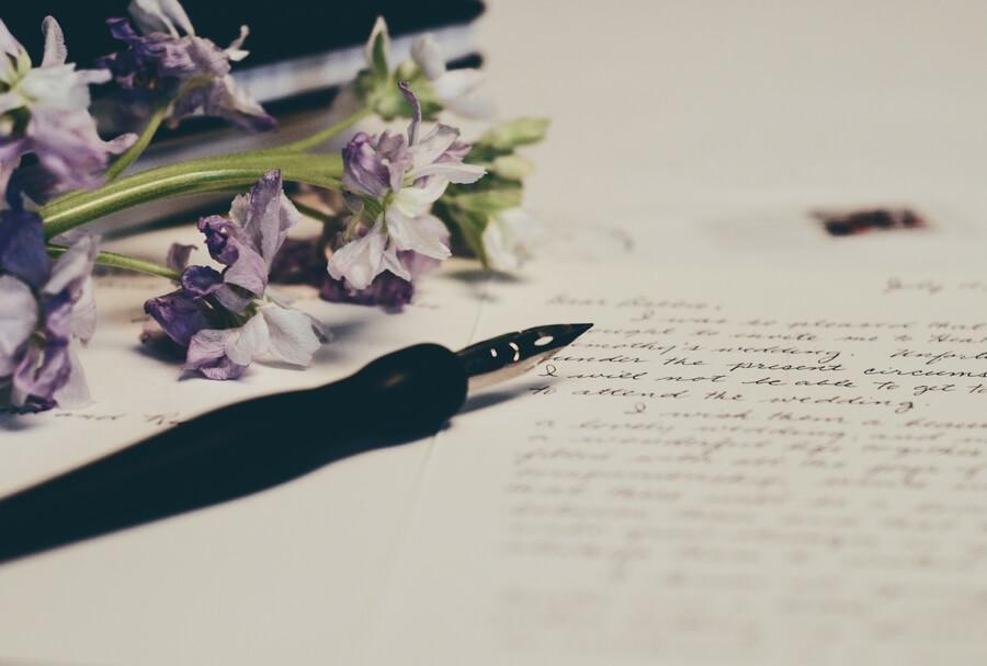Une jolie plume et des lignes manuscrites.