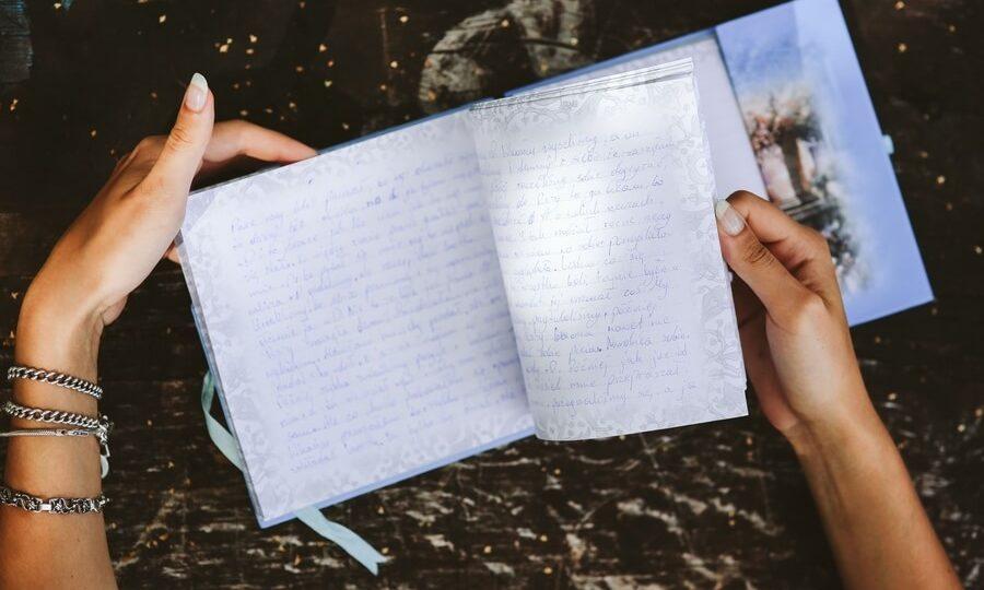 Femme lisant son journal intime.