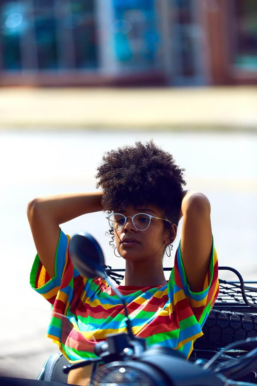 Femme avec un afro crépu